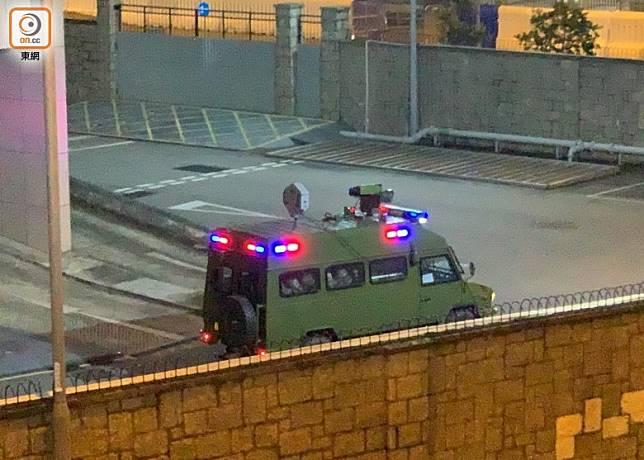 解放軍軍車在總部內巡邏。(溫國佳攝)
