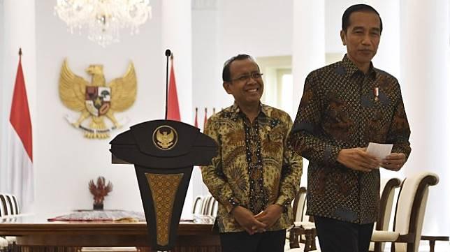Presiden Joko Widodo (kanan) didampingi Mensesneg Pratikno (kiri) menyampaikan sikap tentang rencana pengesahan Rancangan Kitab Undang-Undang Hukum Pidana (RKUHP) di Istana Bogor, Jawa Barat, Jumat (20/9). [ANTARA FOTO/Puspa Perwitasari]