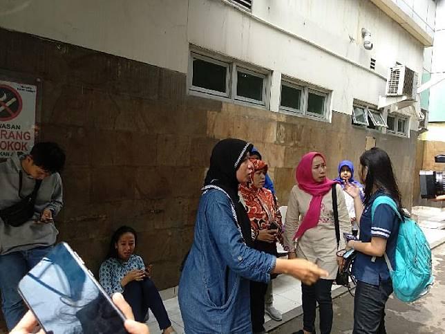 Keluarga korban kerusuhan 22 Mei yang meninggal sedang menunggu jenazah Widianto Rizky Ramadhan, 17 tahun, di bawa ke RS Polri Kramat Jati, Jakarta Timur. Keluarga menunggu di RSUD Tarakan, Jakarta Pusat, pada Rabu, 22 Mei 2019. TEMPO/Lani Diana