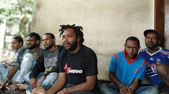 Albert Mungguar dan beberapa mahasiswa Papua di asrama Yahukimo Papua di Jalan Batuampar, Keramat Jati, Jakarta Timur. (Suara.com/M. Yasir)