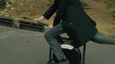 電動獨輪車變身飛天掃帚