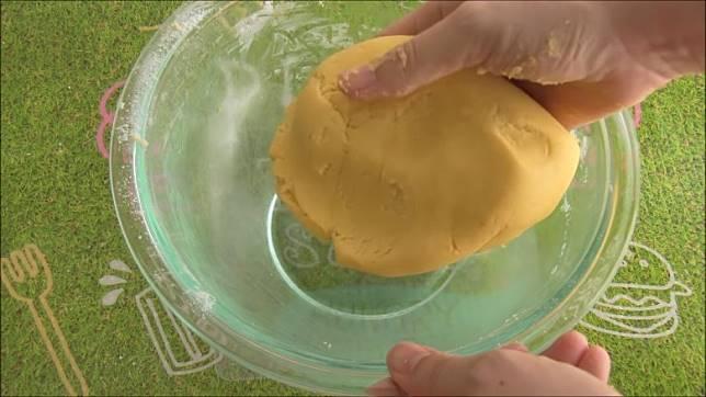 將材料拌勻再搓成麵糰。(互聯網)