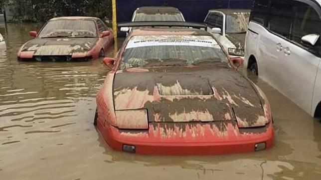 Mobil terendam banjir. (Facebook/Wibu Bau Oli)