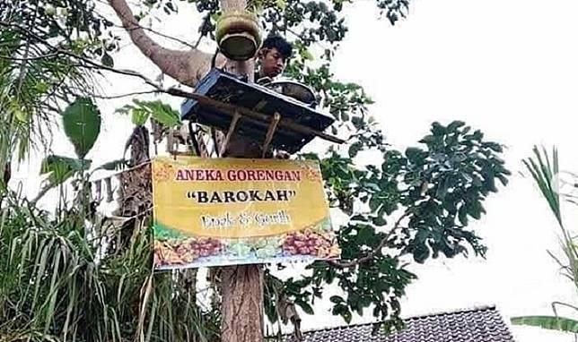 Viral Penjual Gorengan di Atas Pohon, Netizen: Ada yang Mudah Malah Dipersulit!