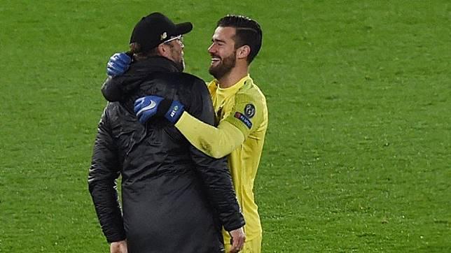 Manajer Liverpool, Juergen Klopp dipeluk Alisson Becker