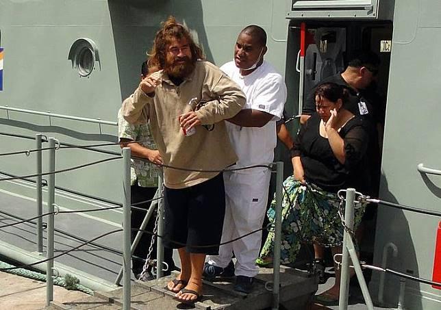 José Salvador Alvarenga kembali ke daratan setelah terapung di laut selama 13 bulan.