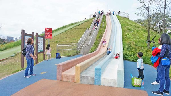 【新北市特色公園景點】員山公園-高度超過4公尺的超高速溜滑梯、滑草坡,不分年齡都可以玩的免費溜滑梯