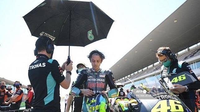 Pembalap Italia Petronas Yamaha SRT, Valentino Rossi, menunggu dimulainya balapan MotoGP dari Grand Prix Portugis di Sirkuit Internasional Algarve di Portimao pada 18 April 2021. PATRICIA DE MELO MOREIRA / AFP