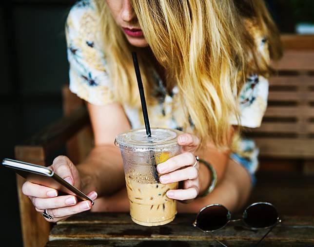 ▲有網友好奇詢問,現在手搖飲動輒要價 80 元,幾乎比一個便當還貴,大家還喝得下去?「這麼貴的飲料是誰在買?」引發網友討論。(示意圖/翻攝自 Pixabay )