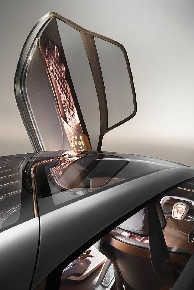 獨特的車門採用上揭式設計,打開後是闊度達2米進出口,上落車都咁輕鬆。(互聯網)