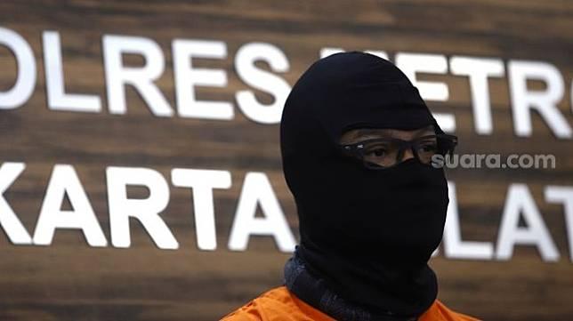 Dwi Sasono dihadirkan dalam rilis kasus narkoba yang menjeratnya di Polres Metro Jakarta Selatan pada Senin (1/6/2020). [Suara.com/Angga Budianto]