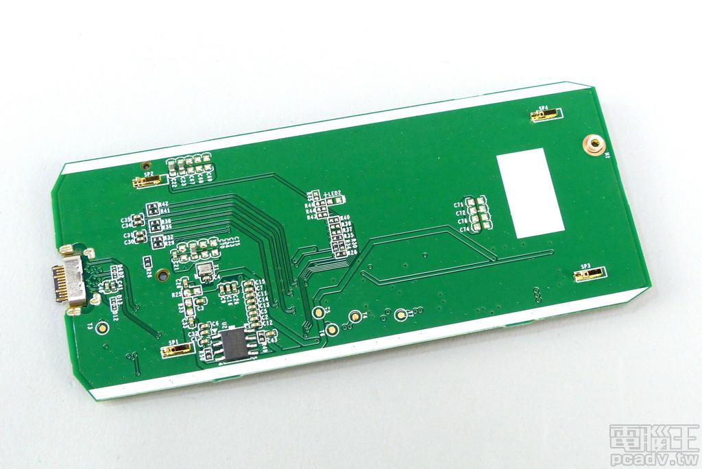 電路板背面較為空曠,除了存放轉接晶片韌體 EEPROM 與震盪器,其餘均為電阻或是電容,金屬接地彈片共安排 4 個。