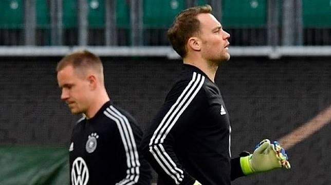 Dua Kiper timnas Jerman Manuel Neuer (kanan) dan Marc-Andre ter Stegen saat melakukan sesi latihan. (Tobias SCHWARZ / AFP)