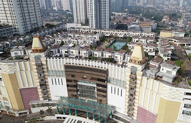 Housing crisis: Houses and apartments sprawl across Thamrin in Central Jakarta. Because of overpriced housing in the downtown area, millions of middle class people are forced to live in the suburbs or rent a house or apartment close to their workplace.