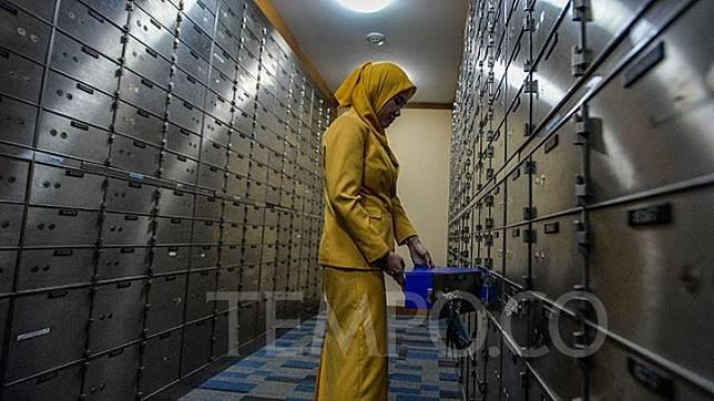 Karyawan sedang merapikan susunan <i>safe deposit box</i> (SDB) di Cabang Plaza Mandiri, Jakarta, Senin, 5 November 2018. Bank Mandiri menyiapkan fasilitas SDB sebagai alternatif tempat penyimpanan aset berharga, seperti logam mulia atau dokumen berharga. TEMPO/Tony Hartawan