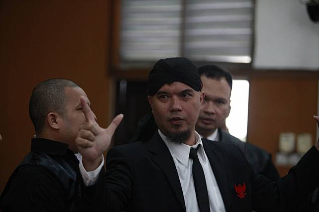 Musician Ahmad Dhani makes a hand gesture after he listens to the verdict that sentenced him to 18 months in prison at South Jakarta District Court on Jan. 28.