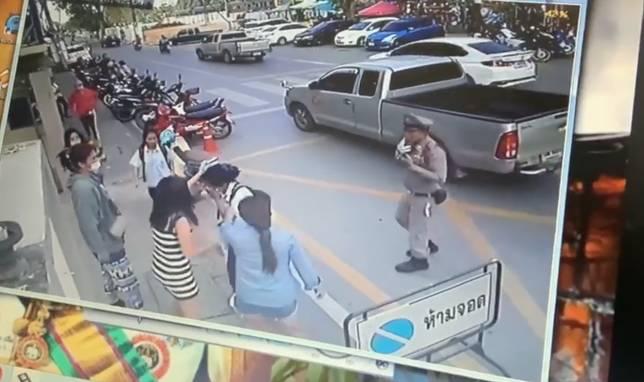 แก๊งผู้ปกครอง รุมตบอริลูกหน้าโรงเรียน ไม่สนแม้ตำรวจเข้าห้าม