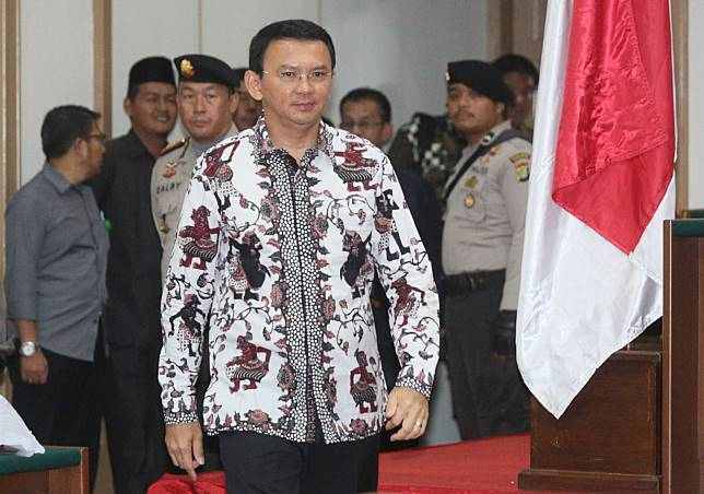 Terdakwa kasus dugaan penistaan agama Basuki Tjahaja Purnama atau Ahok memasuki ruang sidang di Auditorium Kementerian Pertanian, Jakarta, Senin (13/2/2017). Persidangan kesepuluh tersebut Jaksa Penuntut Umum (JPU) mengagendakan menghadirkan empat saksi ahli. ANTARA FOTO/Pool/Ramdani.
