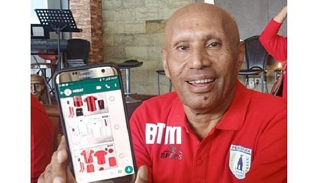 Ketua Umum Persipura Jayapura Benhur Tommy Mano menunjukkan jersey tim untuk musim ini. (ANTARA / Alfian Rumagit)