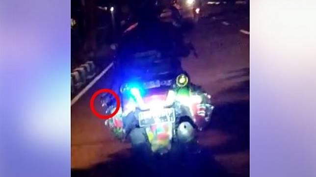 Pengendara motor yang memakai strobo dan merokok di jalan. (Facebook)