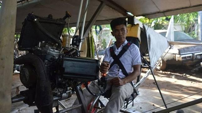 Haerul, montir asal Pinrang, Sulsel, memamerkan pesawat rakitannya pada Jumat (17/1/2020). [Antara]