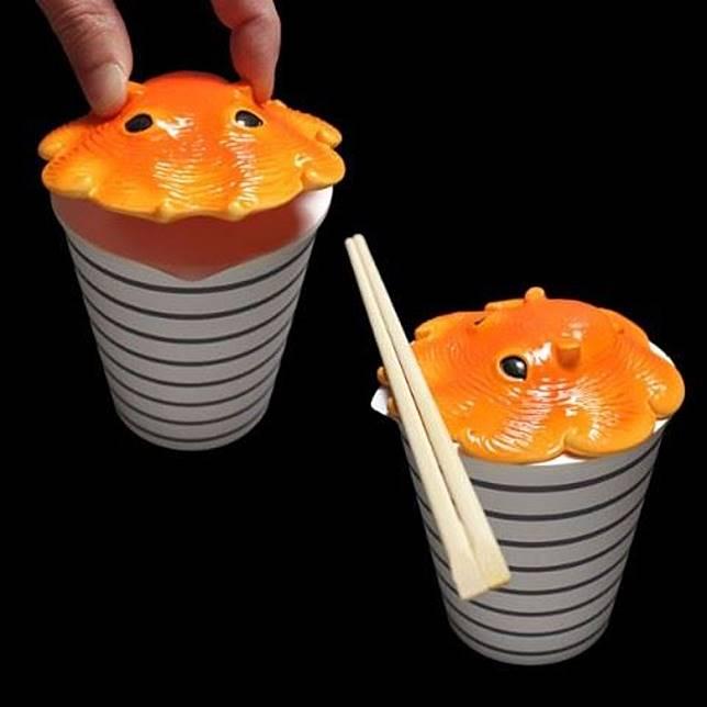這個蓋子是方便大家淥杯麵時壓在上面,咁就唔怕個杯麵頂張錫紙成日彈起,影響淥杯麵嘅效果啦!仲有喎,個蓋子凸出的位置,仲方便大家放筷子,真係好窩心嘅設計。(互聯網)