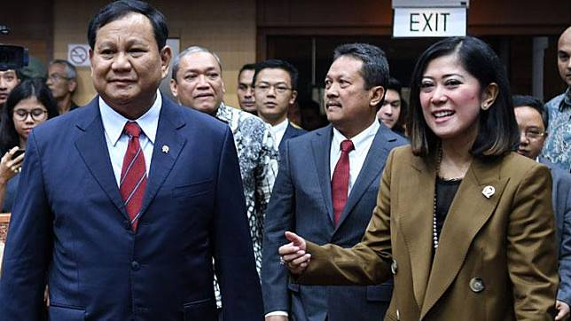 Defense Minister Prabowo Subianto (left) chats with the speaker of the House's Commission I Meutia Hafid (left) ahead of a meeting at the Parliamentary Complex in Jakarta, Monday, November 11, 2019. ANTARA