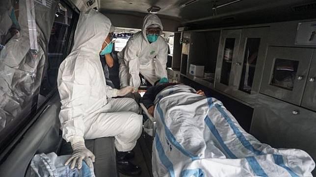 Tim medis melakukan pemeriksaan terhadap seorang pasien pada kegiatan simulasi penanganan virus Corona di RSUD Dr. Moewardi, Solo, Jawa Tengah, Jumat (31/1). [ANTARA FOTO/Mohammad Ayudha]