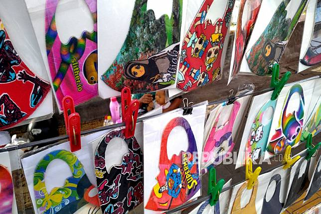 Aneka masker scuba dengan motif tokoh kartun di jual di Yogyakarta, Jumat (26/6). Kenali jenis bahan masker yang paling tidak efektif untuk mencegah Covid-19.