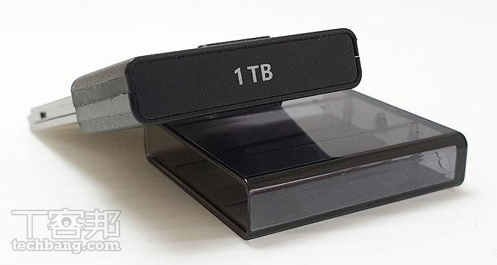 1TB 容量且擁有高速讀取效能的 SSD 要價 6,890 元,雖然不能說是特別貴,但若生態能能更開放,那對消費而言將會更為有利。