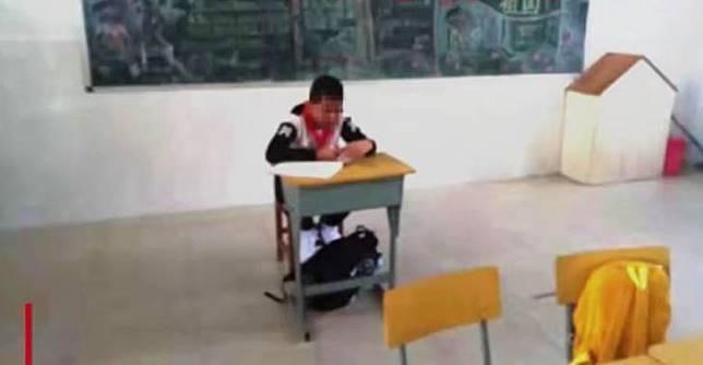 Anak dibiarkan duduk di tempat terpisah. Image via Shanghaiist