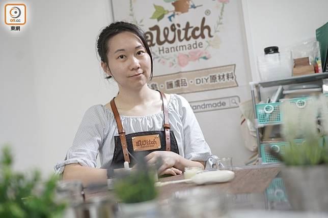 「aWitch Handmade」負責人Vivienne表示,DIY護膚品可按個人需要來選擇成分,製作過程亦在自己掌控之中,可減少敏感情況。(張群生攝)