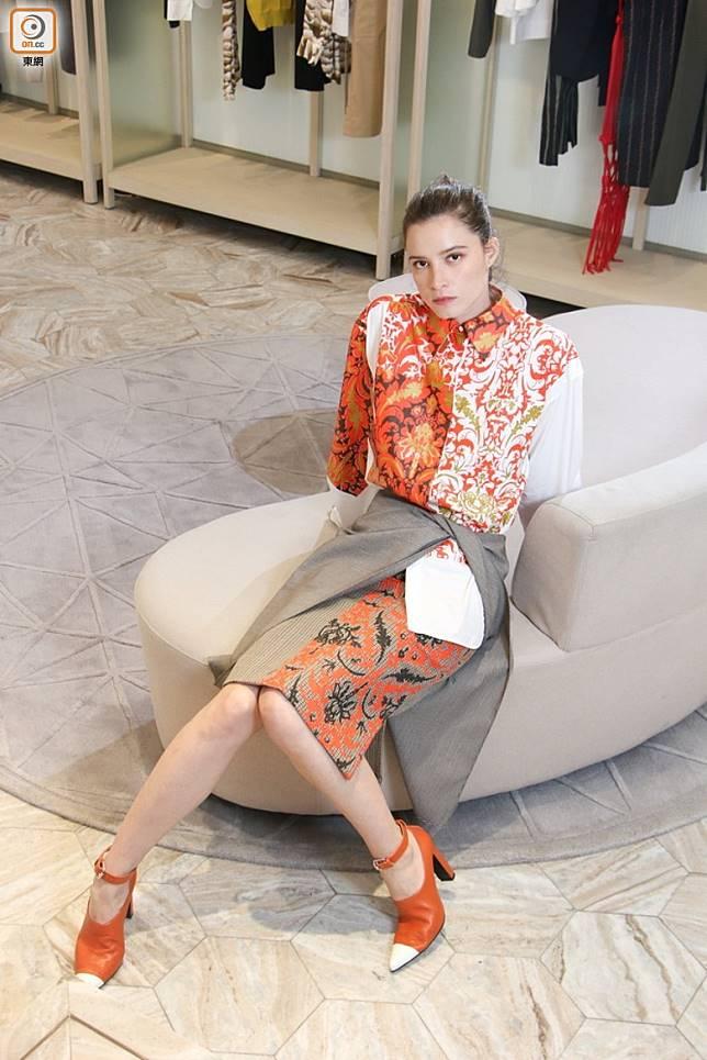 Ports 1961白 x 紅色巴洛克圖案恤衫、半截裙、啡 x 白色Ankle Strap尖頭鞋(張錦昌攝)