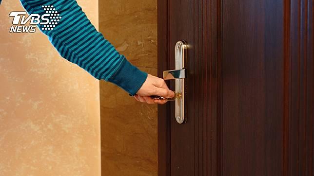 房東巡空屋發現門遭反鎖。示意圖/TVBS