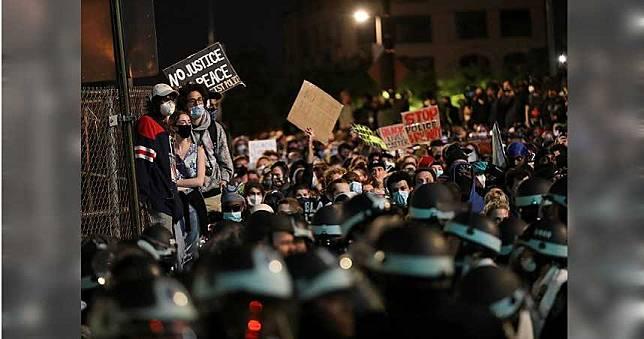 全家幫忙抵抗暴徒…警察卻見「膚色」就上銬 記者傻眼忙阻止!