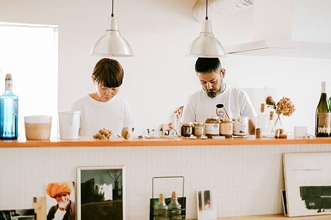 丈夫Yosuke是設計師,妻子Haru是攝影師。這攝於第二天離開之前,Haru更預備了早餐一起吃。