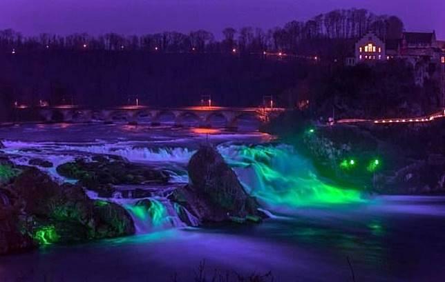 踏入冬季,就是瀑布傍晚彩燈照明的高峰期。(互聯網)