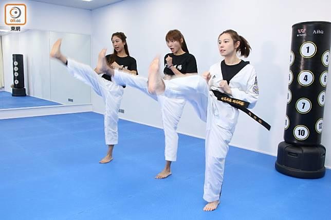 踢腿練習是跆拳道必練項目,既可訓練平衡力,同時亦可以出一身汗消脂。(張錦昌攝)