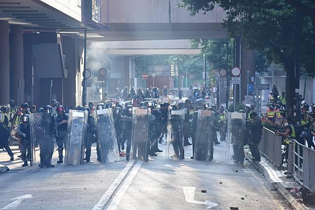 防暴警察驅散