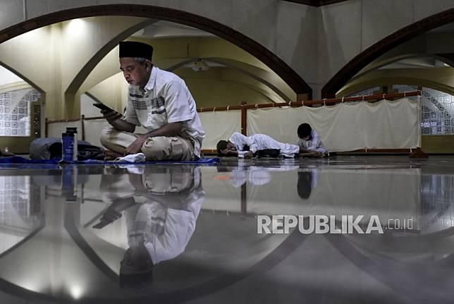 Umat muslim membaca Alquran saat beritikaf pada sepuluh malam terakhir Ramadhan 1442 H di Masjid Pusdai, Kota Bandung, Senin (3/5) dini hari.
