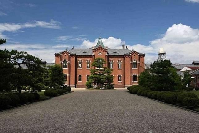監獄建築師山下啟次郎把紅磚、洋葱形塔、歐式拱門及花園,都放進設計中,使它古典漂亮。(互聯網)