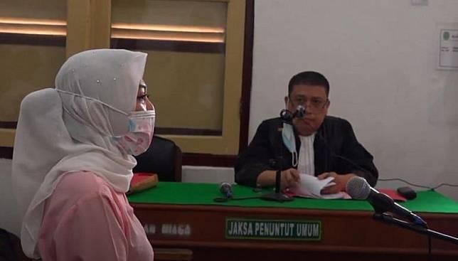 Terdakwa kasus pencemaran nama baik Febi Nur Amelia saat mengikuti persidangan di PN Medan, Selasa (14/7/2020). (foto: iNews/Ahmad Ridwan Nasution)