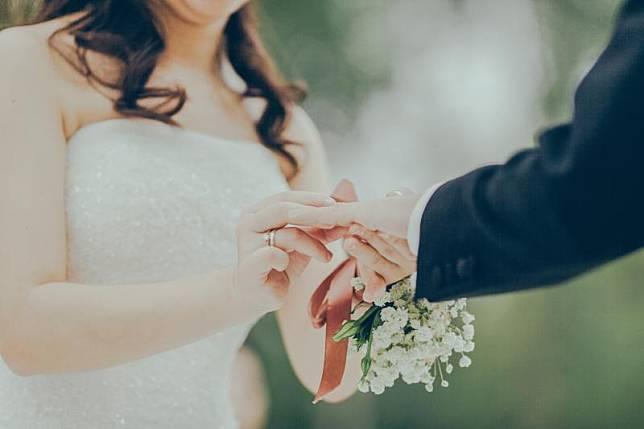 ▲一名女子竟用假身分結婚,連喜宴上的家人都是花錢請來的臨時演員。(示意圖,非本人/取自Unsplash)