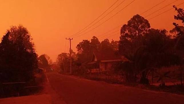 Potret Langit Merah di Jambi Akibat Kabut Asap, Siang Gelap Bak Malam Hari