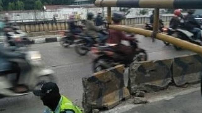 Petugas Portal Busway Tuai Pro Kontra Akibat Ulah Pemotor. (Instagram/agoez_bandz4)