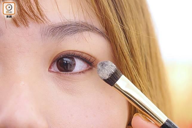 Step 4:用淺色眼影在上下眼皮打底,然後在眼皮和下眼線的位置掃上深啡色眼影。(胡振文攝)
