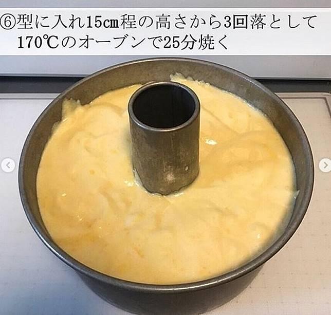 倒入中間空心的焗盤焗製成戚風蛋糕。(互聯網)