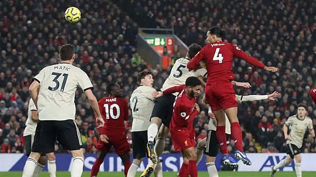 Bek Liverpool Virgil van Dijk, mencetak gol ke gawang Manchester United dalam pertandingan Liga Inggris di Anfield, Liverpool, 19 Januari 2020. Action Images via Reuters/Carl Recine