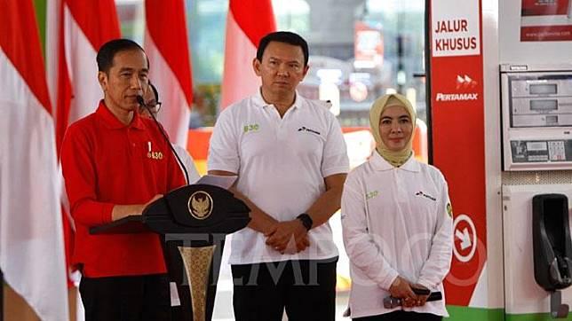 Presiden Joko Widodo atau Jokowi, didampingi Komisaris Utama Pertamina Basuki Tjahaja Purnama atau Ahok saat meresmikan program mandatori penggunaan B30 di SPBU Pertamina MT Haryono, Jakarta, Senin 23 Desember 2019. Jokowi juga meminta menteri-menteri terkait dan Pertamina untuk menyiapkan penerapan B40 dan B50 beberapa waktu ke depan. TEMPO/Subekti.