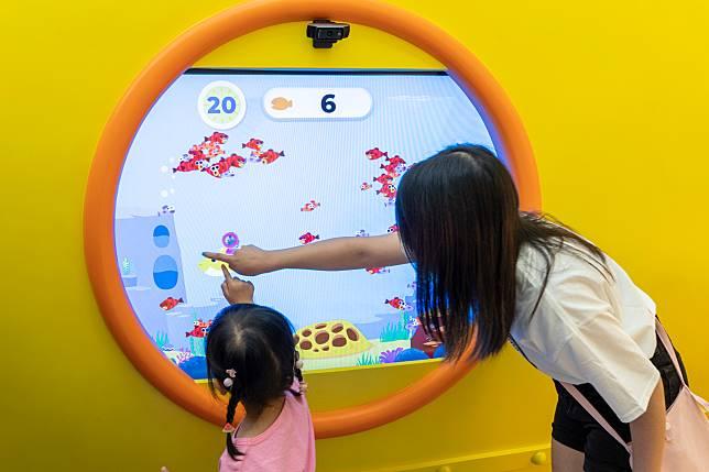 「Let's Go Hunt」數碼小遊戲,小朋友可以化身正在學覓食的深海魚bb。
